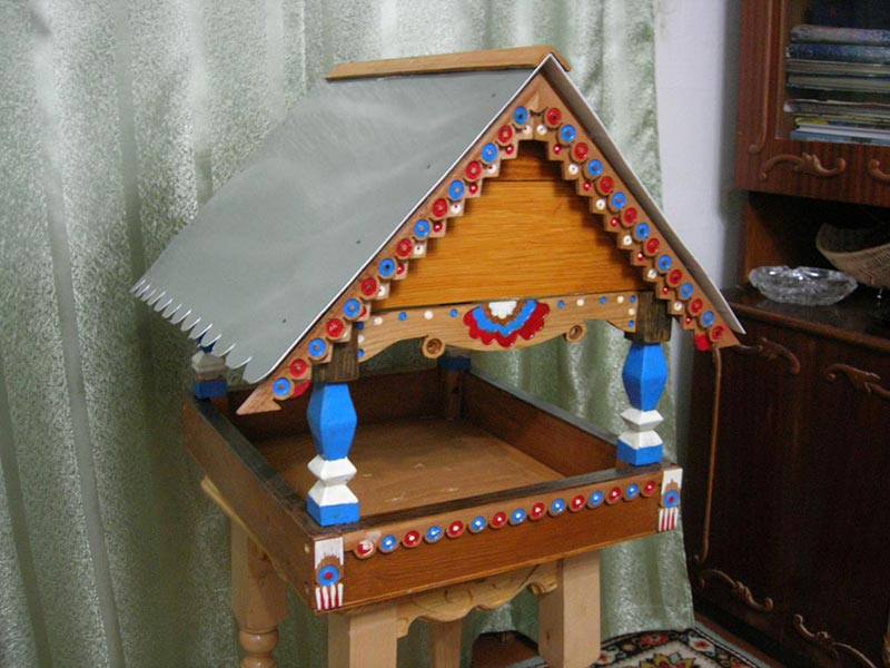 Как украсить деревянную кормушку для птиц